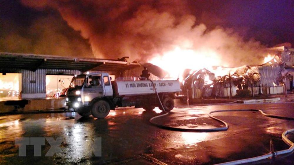Cháy lớn tại kho nguyên liệu của nhà máy sản xuất sợi ở Quảng Ninh